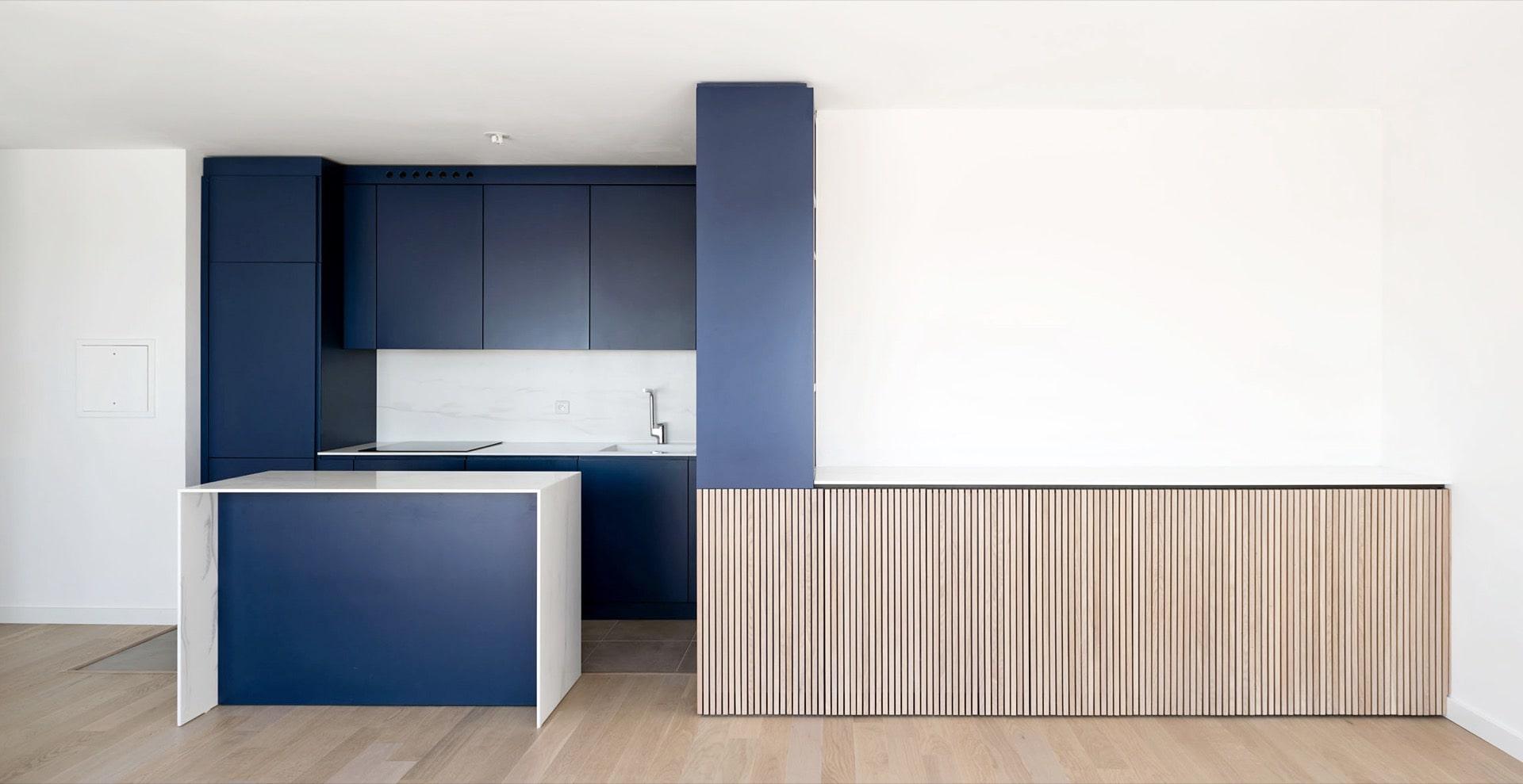 Appartement avec couleurs bleu et blanc - Atelier Soo
